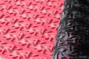 Rose soulève le tapis décor